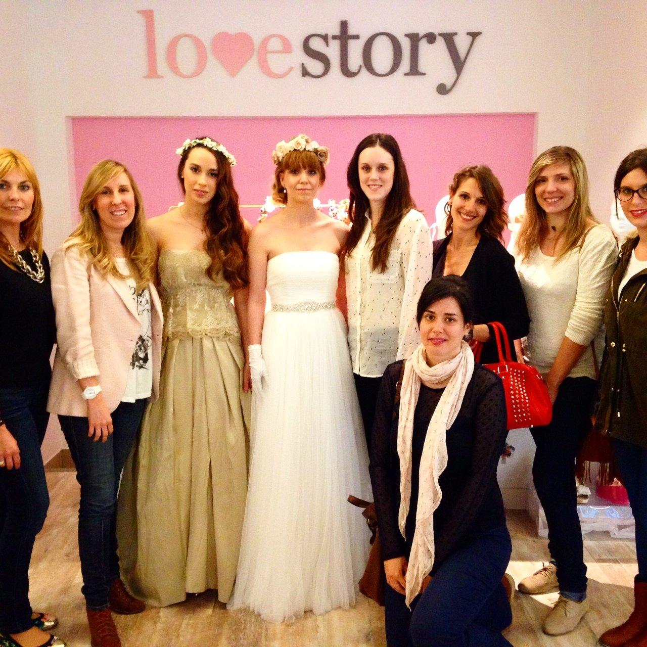 Las modelos, Ángela y Estefanía, posan junto a las futuras novias.
